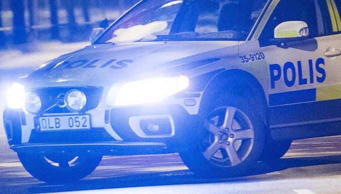 När bilen inte stannade tog två polisbilar upp jakten på föraren som körde in på en återvändsgata. Bilden är från ett annat tillfälle. Foto: Roger Vikström