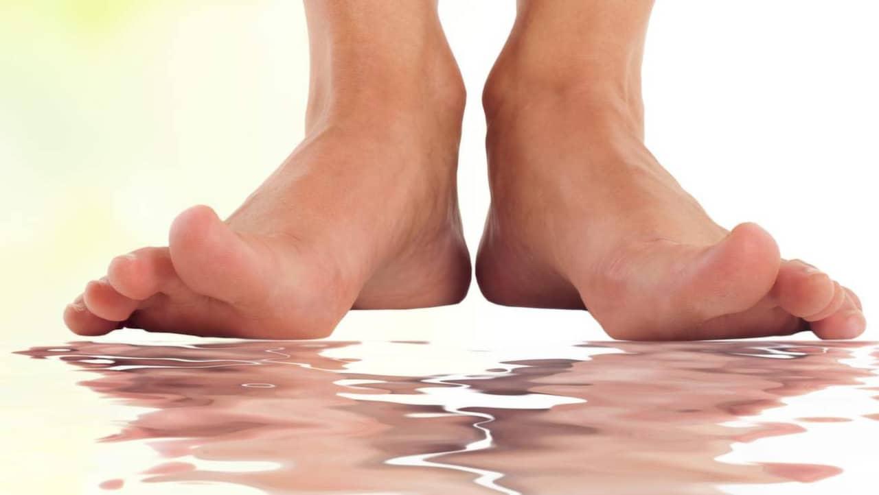 få bort fotsvett från fötterna
