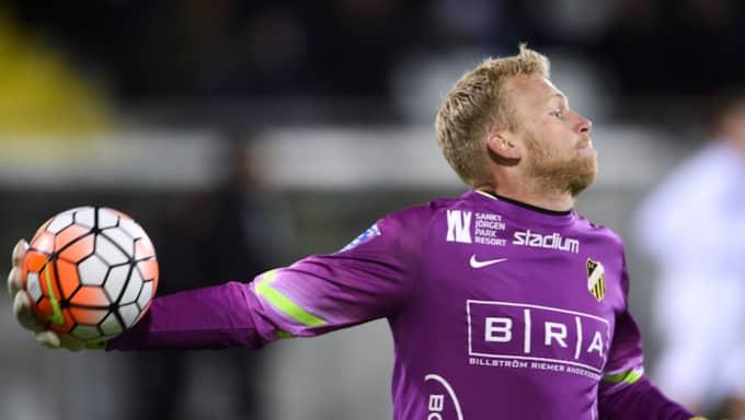 Peter Abrahamsson vaktade målet i träningsmatchen mot Gais. Nu har han skrivit på till 2019. Foto: Carl Sandin