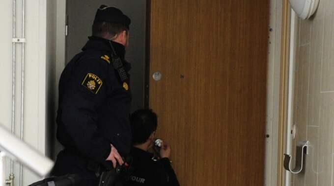 Männen ska ha trängt sig in i mannens lägenhet. Polisen kontrollerar dörren för brytskador. Foto: Anna Svanberg
