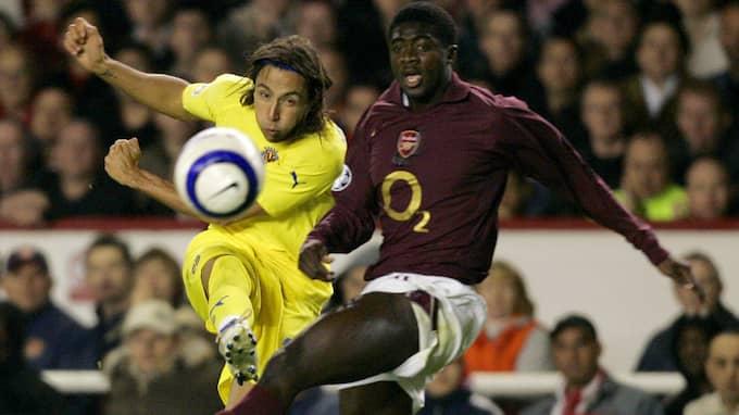 José Mari i duell med Kolo Touré under 2006. Foto: FERNANDO BUSTAMANTE
