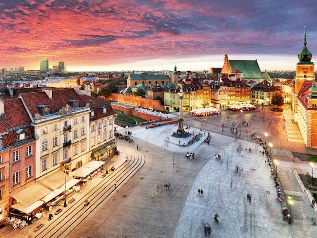 Vid entrén till gamla stan i Warszawa, vid Plac Zamkowy, ligger det kungliga slottet, även det uppbyggt igen efter kriget och färdigställt 1984.
