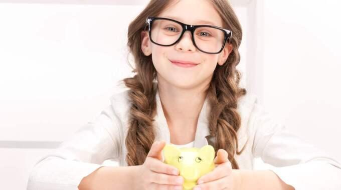 I sex-sjuårsåldern börjar många föräldrar att ge sina barn en fast peng som de själva bestämmer vad de ska göra med i syfte att de ska lära sig pengars värde. Foto: Lev Dolgachov