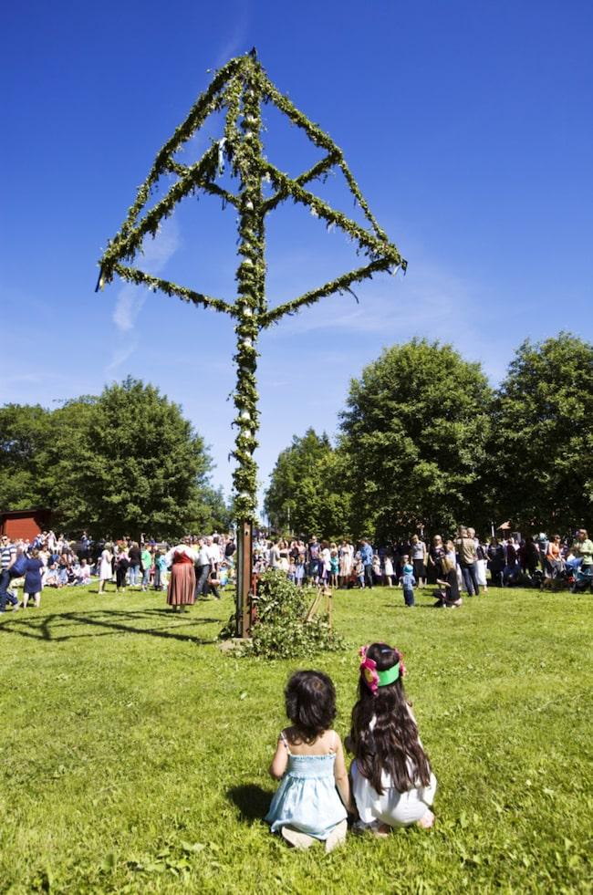 Upplev äkta firande på den ursprungliga platsen för de svenska midsommartraditionerna.