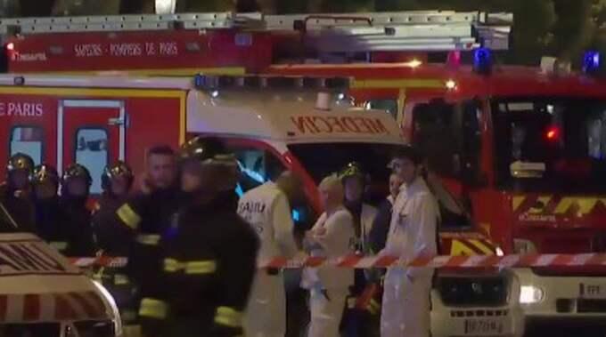 Poliserna ska ha skjutits från en bil som stannat vid ett rödljus, enligt uppgifter i franska medier.