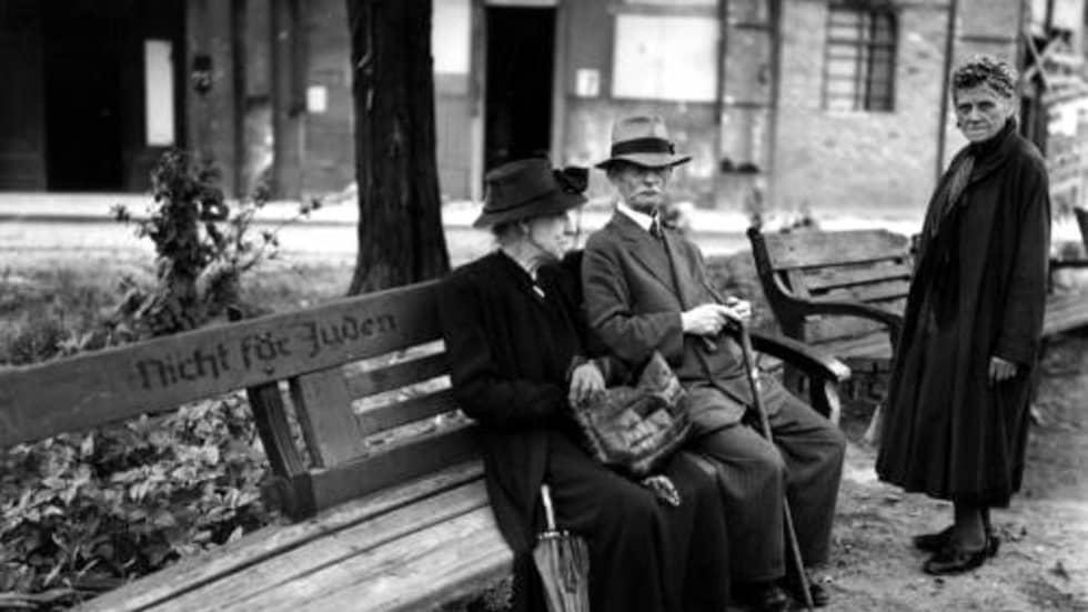 """Under 1930-talet gjordes exkluderingen av judar till en del av tyskarnas vardagsliv, exempelvis genom att vissa parkbänkar märktes med orden """"inga judar""""."""