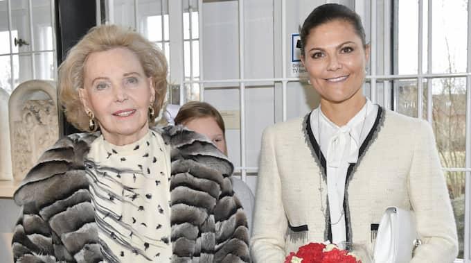 """Kronprinsessan Victoria invigde släktingen Marianne Bernadottes modeutställning """"Chanel Balmain Dior, Marianne Bernadotte – en stilikon"""" på Millesgården i Stockholm på torsdagen. Foto: Jonas Ekströmer/TT"""