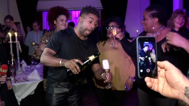 John Lundvik firar finalplatsen med champagne