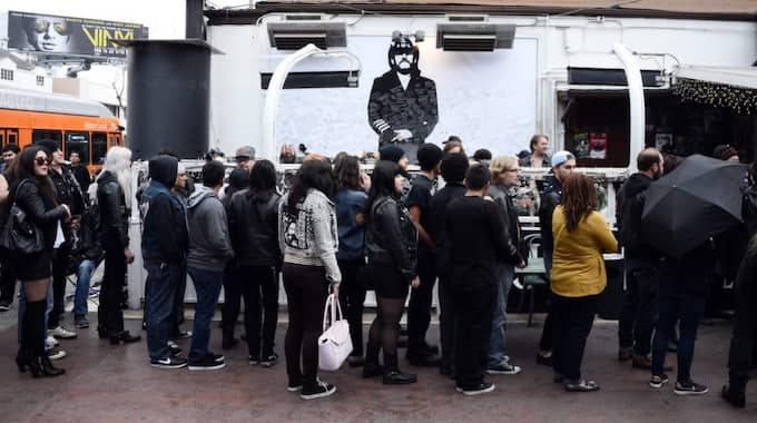 Motörhead-fans tog farväl av Lemmy Kilmister utanför Rainbow Bar and Grill i Hollywood, Lemmys favoritställe. Foto: Paul Buck / Epa / Tt