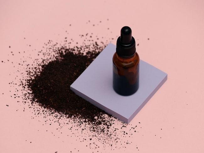 Bakuchiol utvinns ur Psoralea corylifolia och används som en utjämnande ingrediens i hudvård.