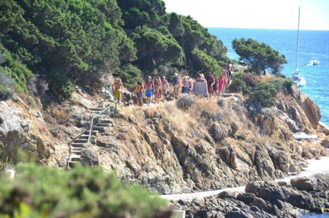 """<span>När turismen avtog på 80-talet flyttade många från fastlandet till ön. De var inte alls lika entusiastiska över nudism som de sedan tidigare bofasta. Och nu försöker de stoppa invånarna att gå nakna. Foto: <a href=""""https://www.facebook.com/83400.iledulevant/"""">Facebook/Ile du Levant</a></span>"""
