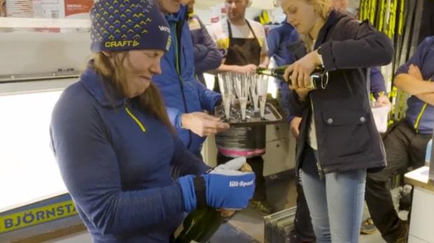 Här firar Charlotte Kalla och Stina Nilsson med champagne