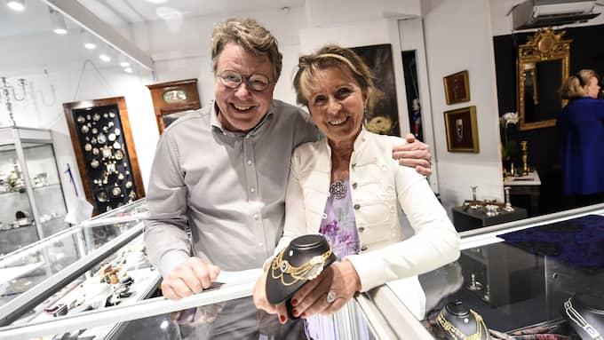 Antikrundan-veteranen Janne Ribbhagen, här tillsammans med Ylva Östhall visar upp ett vackert halssmycke från 1805. Det är tillverkat i Göteborg av Lars Ryberg. Foto: JENS CHRISTIAN