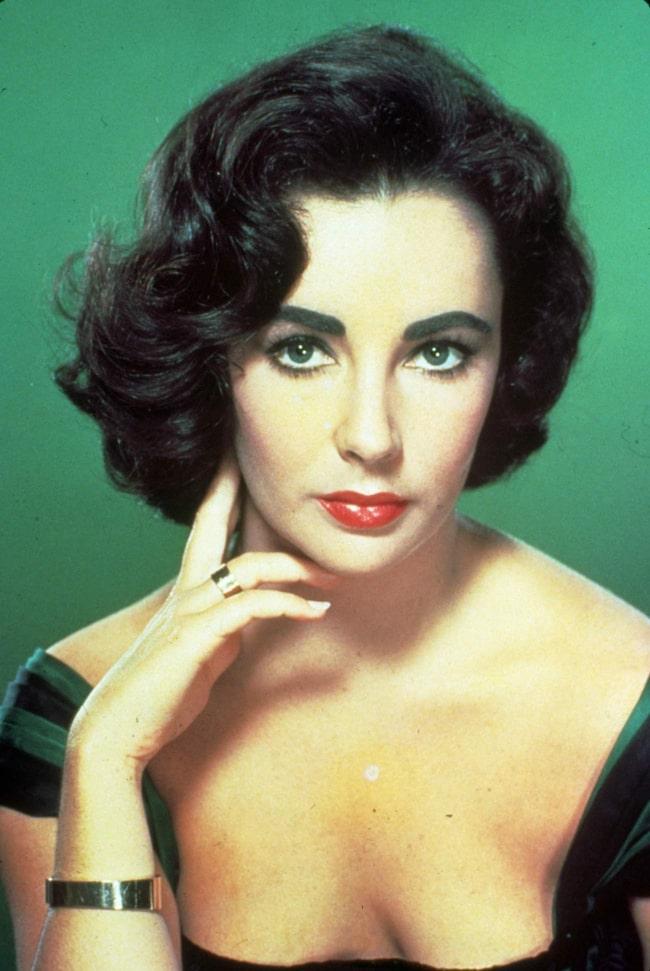 Elizabeth Taylor sägs ha rakat ansiktshåret för att hålla huden ung…