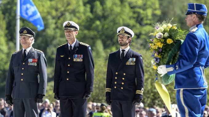 Kung Carl XVI Gustaf, överbefälhavaren Micael Bydén och prins Carl Philip under kransnedläggningen vid monumentet Restare under Veterandagen på Gärdet i Stockholm på måndagen Foto: ANDERS WIKLUND/TT / TT NYHETSBYRÅN