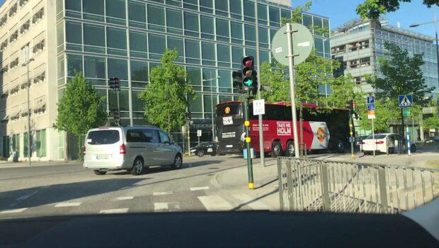 Här anländer Uniteds spelarbuss till hotellet i Stockholm