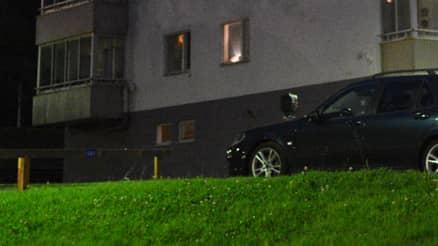 Kvinna hittades på marken nedanför balkong i Uddevalla – misstänks ha kastats från femte våningen. Foto: / Mikael Berglund