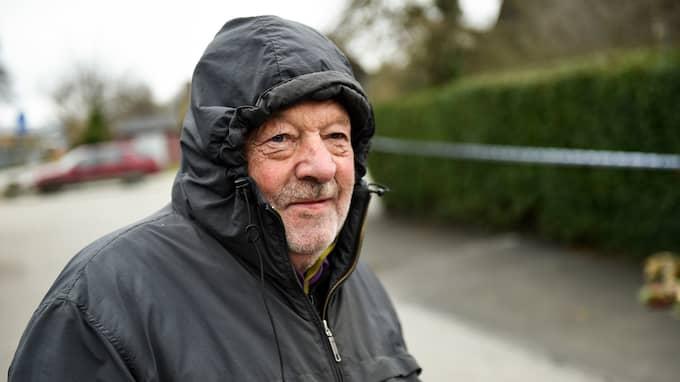 """""""Jag går här varje dag med hunden och pratar ofta med många av grannarna. Men den här familjen har jag inte sett. De har hållit sig för sig själva"""", säger Bengt Nilsson, 75. Foto: JENS CHRISTIAN"""