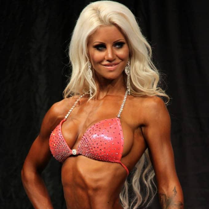 """2015 tog Sandra Reiche SM-silver i bikini fitness. När hon tävlar använder hon så kallad spraytan för att bli brun. """"Barbiedrogen"""" använder hon för att känna sig fin privat - trots att Läkemedelsverket varnar för att ämnet kan leda till allvarlig hudcancer. Foto: Privat"""