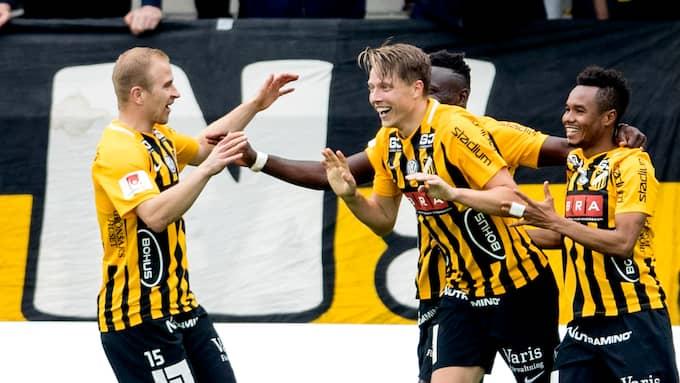 Viktor Lundberg firar sitt 2–0-mål med Kari Arkivuo, Nasiru Mohammed och Crespo Kamara. Foto: ADAM IHSE/TT / TT NYHETSBYRÅN