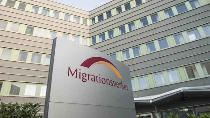 Omkring 200 flickor stoppas tillfälligt från att utvisas, uppger Migrationsverket.