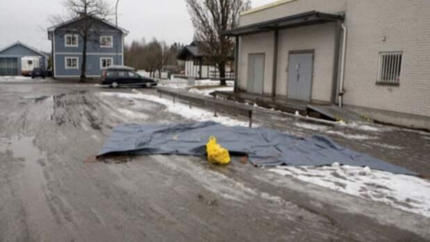 Här, utanför gamla Konsum i Kristinehamn, blev den äldre mannen överfallen när han var på väg hem från Netto med matkassarna i handen. Foto: Polisen