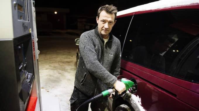 Tommy Åhmström, 48 år, egen företagare, Huddinge: '' För jävligt. Det kommer väl inte påverka mig så mycket, Jag kommer att fortsätta att köra bil eftersom jag är egenföretagare så då är det kunden som får betala mer. Jag tror inte att folk kommer att köra mindre bil. Foto: Anna-Karin Nilsson