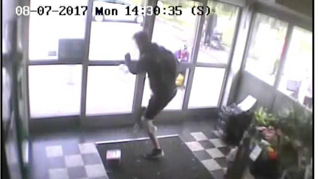 Efter att 30-åringen konfronterats av personalen och enligt åtalet slagit en anställd flyr han ut ur butiken. Foto: Ur polisens förundersökning
