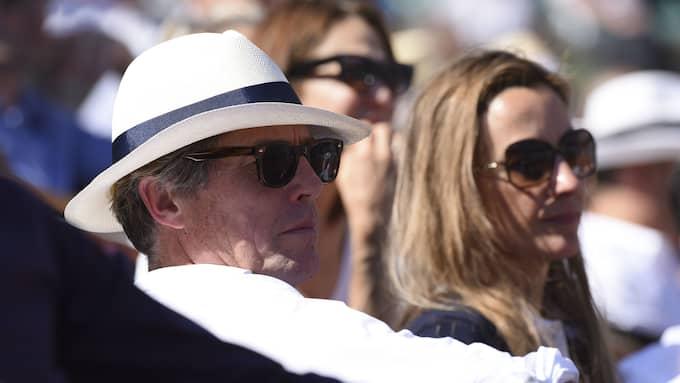 Hugh Grant och Anna Eberstein tog en tur till Paris i juni för att kolla tennis. Foto: E-PRESS PHOTO / /IBL E-PRESS PHOTO.COM