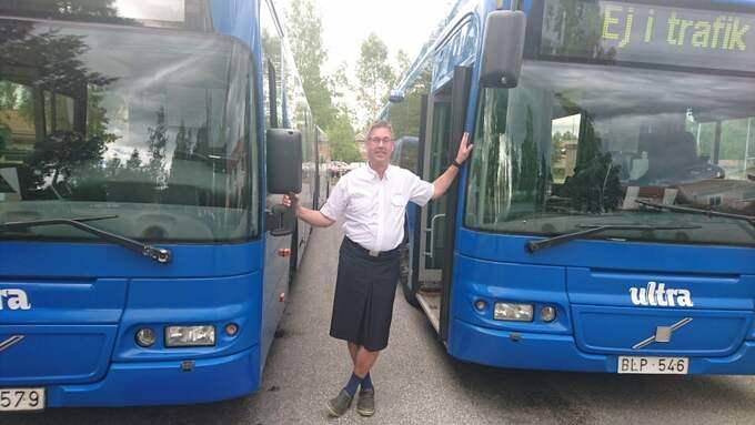 – Det blir mycket leenden och det är många bussresenärer som håller på mig och tycker att det bara är löjligt av företaget att inte tillåta kortbyxor, säger han. Foto: Privat