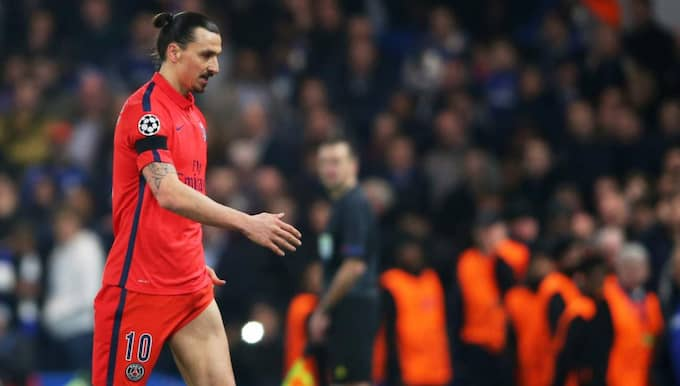 Zlatan lämnar planen utan några protester. Foto: Paul Gilham