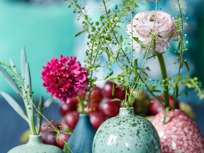 Rosa vas, 69 kronor, Bolia. Blå och gröna vaser, från 130 kronor styck, Lindform.