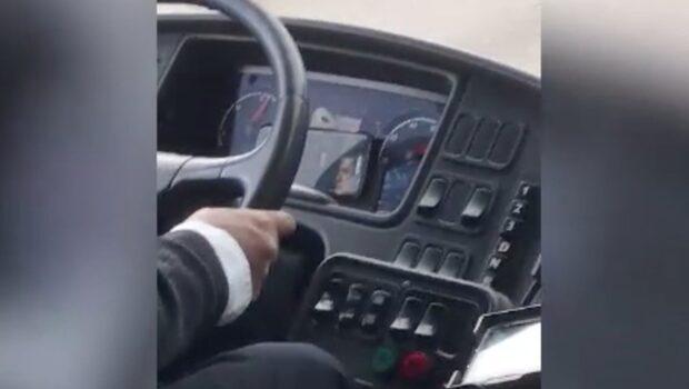 Busschauffören kör 90km/h samtidigt som han ser film