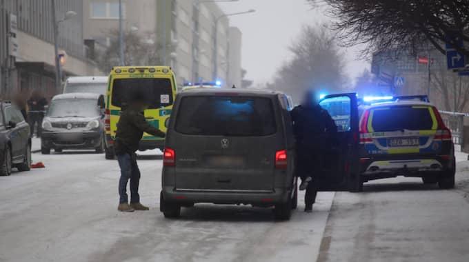 Piketstyrka med dragna vapen sökte efter gärningsmännen i Stockholm i tisdags.
