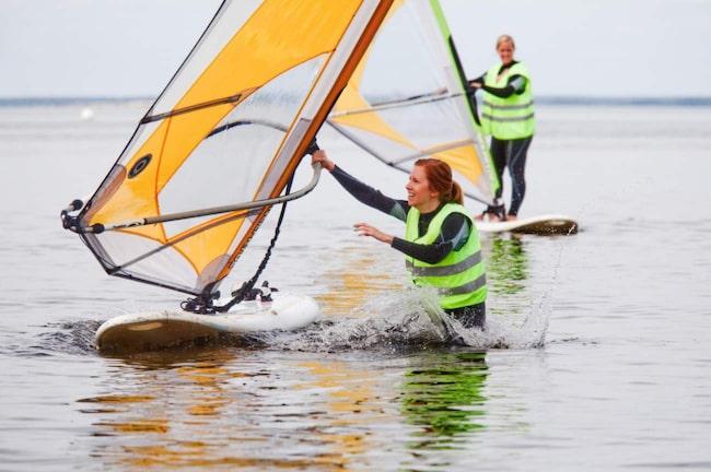 Allt om Resors reporter Johanna Lundholm testar vindsurfing på Haga Park på Öland.