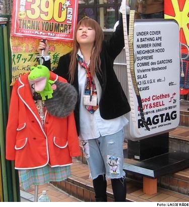 Trendig inropare till modebutik på Harajukugatan.