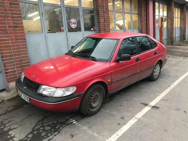 """Här är """"djävulens bil"""", påpassligt nog röd."""