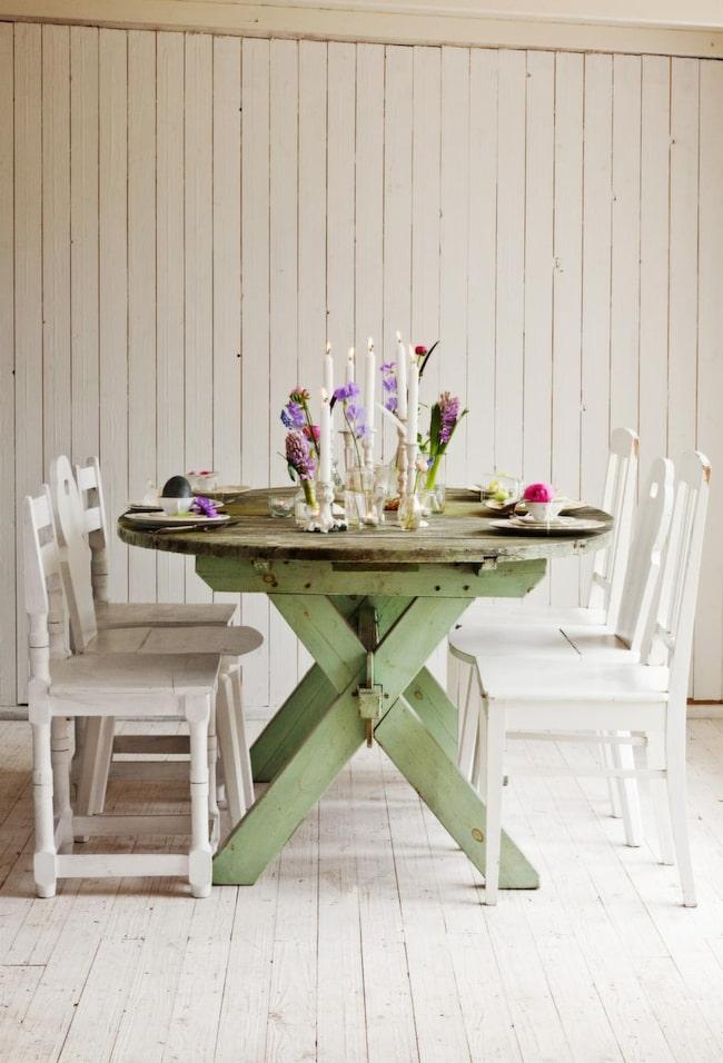 I pastell.<br>En härligt pudrig och pastellig dukning funkar fint med loppisfyndade tallrikar och skira vårblommor. Rustika möbler med enkla arrangemang gör det hela avslappnat, och det finns tid över till att njuta av härlig mat.
