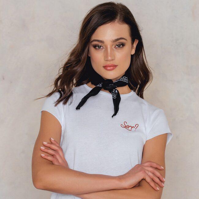 Serr? På svenska: Seriöst? Klicka på plusset i bild för att handla Skam-tröjan från Na-kd i LEVA&BO:s webbutik! Välkommen till LEVA&BO Shopping!