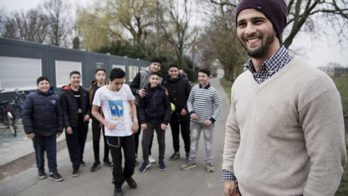 Nordin Echahbouni, längst till höger, jobbar med problematiska unga på fritidsgården JAM i utkanten av staden Mechelen. Foto: Olle Sporrong