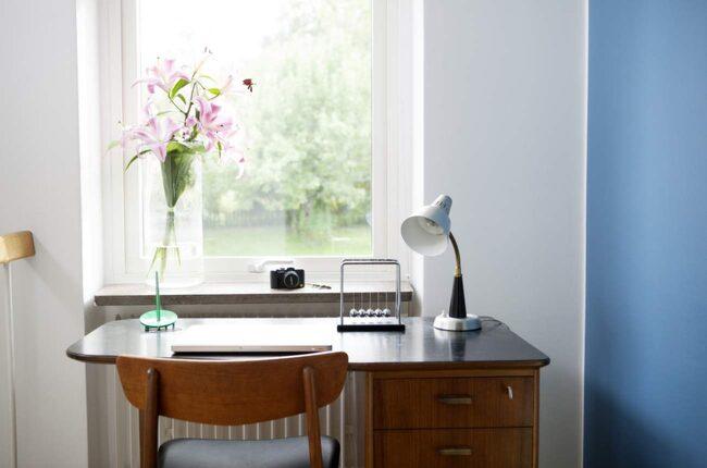 I arbetsrummet måste belysningen vara bra. En bra allmänbelysning bör kompletteras med en skrivbordslampa. Är du högerhänt ska ljuset komma från vänster för att handen inte ska skugga det du arbetar med.