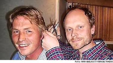 Här klipper Kristian Luuk Thomas Bodström. Hårlocken har nu Piratbyrån köpt för över 10000 kronor.