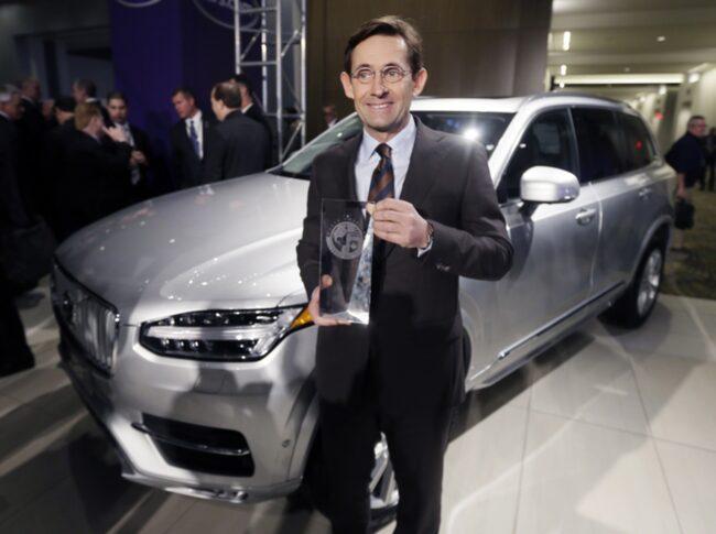 Volvos nya USA-chef Lex Kerssemakers tar emot priset på bilsalongen i Detroit.