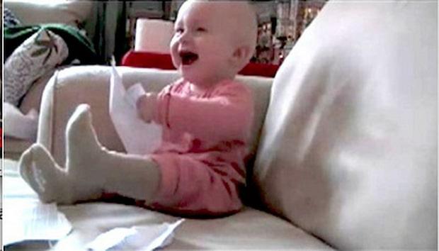 Skriker av skratt - åt ett papper