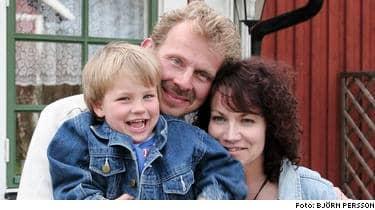 Simon Johansson som låg 25 minuter på botten av en damm räddades mirakulöst. Här med sina tacksamma föräldrar Jan och Maria Johansson.
