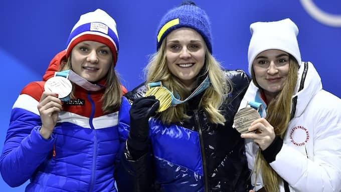 Stina Nilsson tar emot sitt OS-guld. Foto: / SVEN LINDWALL