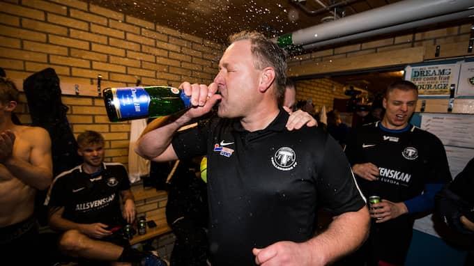 TFF:s huvudtränare Patrick Winqvist firar det allsvenska avancemanget. Foto: PETTER ARVIDSON / BILDBYRÅN