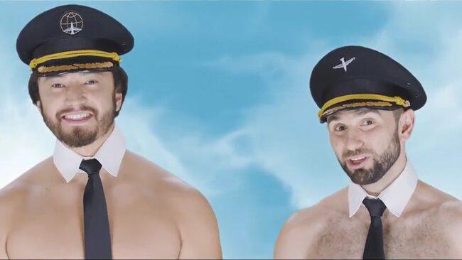 Modeller utklädda till flygvärdinnor och piloter poserar nästintill nakna. Se filmerna under artikeln.