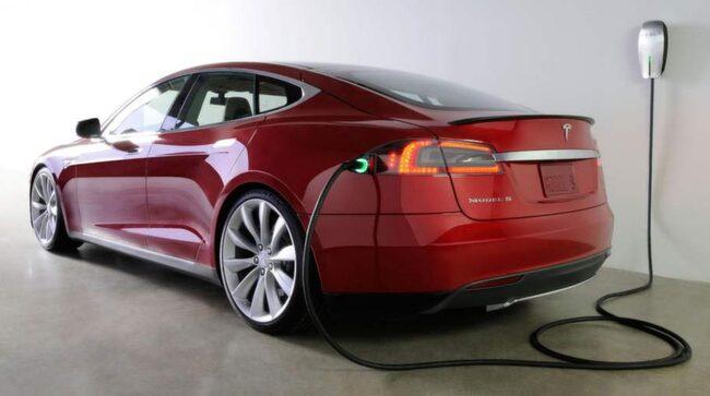 Tesla Model S på laddning.