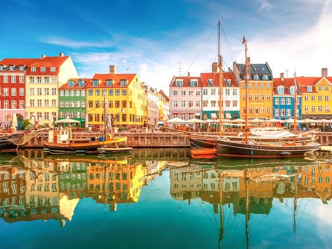 I Nyhavn i Köpenhman är det smockat med turister men på bakgatorna är det riktigt hygge.